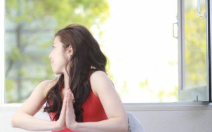 美容と健康ヨガ教室スタジオ広島:「合掌ねじりのポーズ」